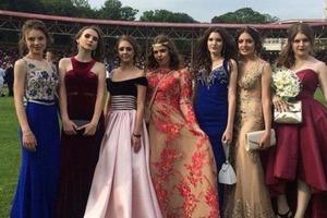 Девушка сшила платье для выпускного своими руками: результат превзошел ожидания