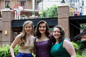 Когда выпускница с подругами позировала для фото, она обернулась и увидела молодого человека с табличкой