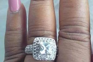Девушка решила поделиться фото своего роскошного помолвочного кольца, но все обратили внимание только на маникюр