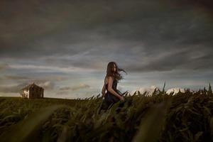 16-летняя дочь каждую ночь тайком уходила в направлении кукурузного поля. Обеспокоенные родители решили проследить за ней