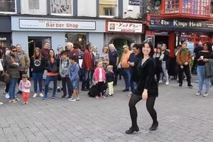 Известная танцовщица выступала на площади. Но тут в центр вышла двухлетняя малышка и стала подражать знаменитости: видео