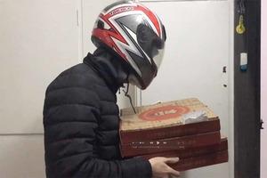 Женщине привезли пиццу: когда доставщик снял шлем, ей стало не до еды
