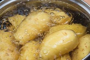 Картошка станет еще вкуснее, если вы добавите при варке один ингредиент