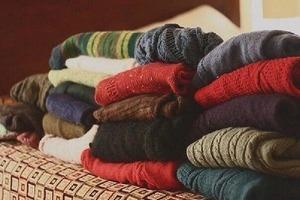 Собрали все старые шерстяные свитера, кофты постирали их в кипятке и сшили теплый яркий плед