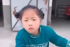 7-летняя китайская девочка танцует на улице так, что ей завидуют взрослые: видео