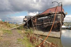 Женщина хотела жить на воде и купила себе старый ржавый катер. Дому, который у нее получился, могут позавидовать не только моряки (фото)