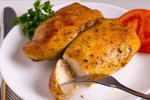 Раньше я не любила куриную грудку за ее сухость: подруга-повар рассказала, как сделать ее сочной и нежной. Теперь готовлю только по этому ре