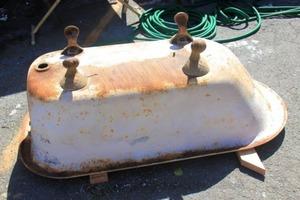 Сосед взял старую ванну и распилил пополам. Результат его работы впечатляет