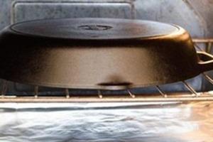 Вверх дном: необычный, но работающий способ очистить чугунную сковороду от въевшегося жира