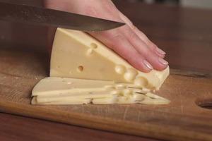 Никогда не могла нормально нарезать ломтиками сыр: знакомая поделилась гениальным и простым лайфхаком