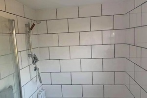 Девушка оживила ванную, заменив затирку на плитке: людям понравилась идея