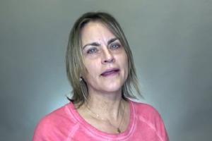 Стилист превратил 55-летнюю женщину в настоящую красавицу с помощью макияжа: фото до и после