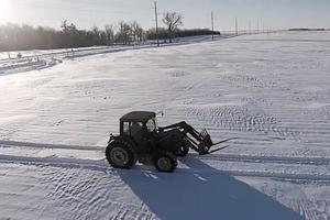 Соседи подумали, что фермер сошел с ума, когда он начал туда-сюда кататься по полю. Но, посмотрев изображение с дрона, поздравили мужчину в