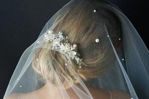 Невеста прикрывала лицо фатой. В машине жених увидел, что рядом сидит незнакомка