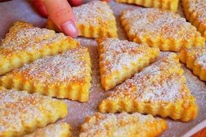 Часто делаю очень вкусное печенье со сметаной. На приготовление уходит 10 минут (плюс время выпечки)