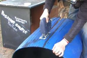 Знакомый создал из пластиковой бочки предмет мебели: ему все соседи позавидовали