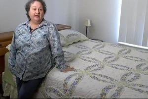 Женщина купила спальный гарнитур на распродаже. Она нашла в нем секретное отделение