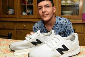Подросток ходил в школу босиком из-за 47-го размера ноги. Учительница нашла способ ему помочь