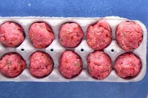 Друг-повар научил запекать фрикадельки в коробке из-под яиц. Это вкуснее и полезнее