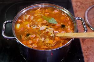 Рецептов солянки сотни, но один - наш самый любимый. Блюдо отлично подходит для зимнего меню