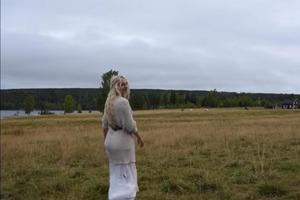 Девушка вышла в поле, где паслись коровы и стала петь: реакция животных (видео)