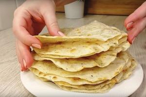 Мама показала, как готовить коржи вместо хлеба. Нужна всего вода и мука. Теперь хлеб не покупаю