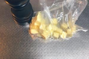 Когда внезапно приходят гости, делаю суперпростую закуску — кладу в пакет два ингредиента и встряхиваю