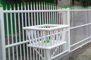 Муж закупил трубы ПВХ и сделал из них на даче забор: не гниет, а стоит копейки