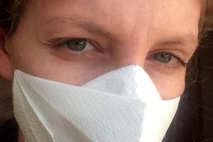 И в аптеку ходить не надо: девушка делает маски из бумажных полотенец (видео)