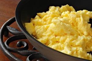 Всего один копеечный ингредиент кардинально меняет вкус яичницы