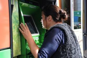 Женщина пыталась снять деньги, но банкомат перестал работать. К счастью, стоявшая за ней девушка была более внимательна