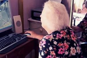"""Увидев, какой запрос бабушка вбила в поисковик """"Гугла"""", внук не смог удержаться и рассказал об этом в соцсети"""