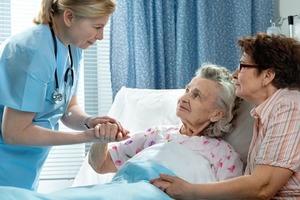 """""""Давать взятки врачам нет смысла"""": я отработала 10 лет медсестрой, но уволилась и теперь могу рассказать все секреты, о которых раньше прихо"""