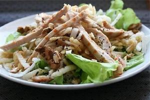 Такой салат подают в ресторане. Он будет стоить дорого, но обязательно запомнится всем гостям