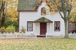 Пара арендовала красивый дом и уже была готова переехать, но встретила в гостиной незнакомца