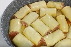 На дно сковороды кладу картошку, сверху рулеты с мясом. Получается очень вкусно