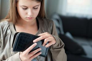 Родители заметили, что их 15-летняя дочь выносит из дома деньги. Когда узнали зачем, то расплакались