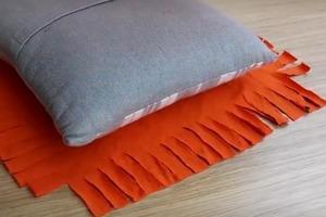 Женщина показала, как обтянуть подушку без иглы: нужны старая футболка и ножницы