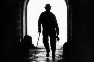 Что делает мужчина: уходит прочь, стоит на месте или идет к нам? Проверим себя