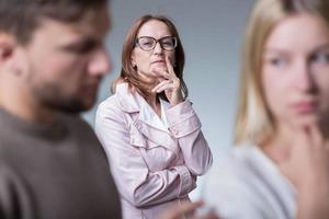 Подозревая невестку в неверности, свекровь тайно установила устройство слежения