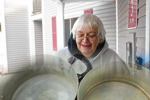 Соседка собирает старые кастрюли и чайники. Увидела ее творения и восхитилась