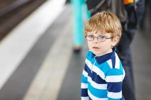 4-летний Витя смотрел, как женщина в метро играет на мобильном. Ее реакция заставила бабушку Вити расплакаться