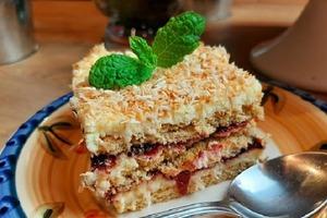 Вкусный торт «Рафаэлло» с черной смородиной: мой любимый десерт без выпечки