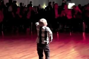Двухлетний певец и танцор, подражающий Элвису, стал любимцем публики. Видео