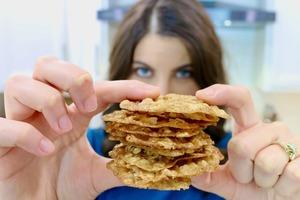 На завтрак готовлю тонкое овсяное печенье: буквально тает во рту