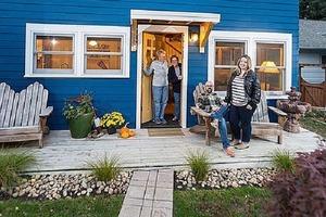 Пожилая пара поселилась на заднем дворе дочери и зятя, чтобы быть ближе к ним: как выглядит их крохотный домик (фото)