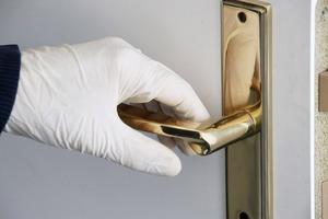 Одноразовые перчатки против коронавируса? Врачи не советуют