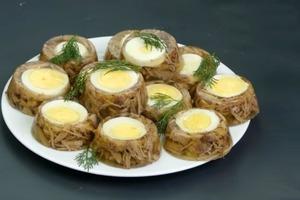 Каждый Новый год готовлю наш фирменный холодец с яйцом: семейный рецепт