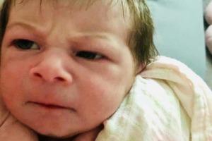 Мама взглянула на свою новорожденную дочь и не смогла сдержаться от смеха