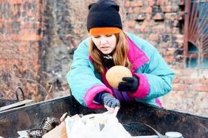 Зрелая женщина, не похожая на бездомную, копалась в мусорном баке. Я узнала ее - это была Татьяна